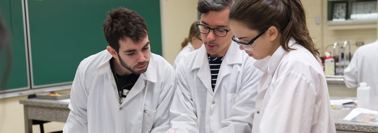 Étudiants en laboratoire de science